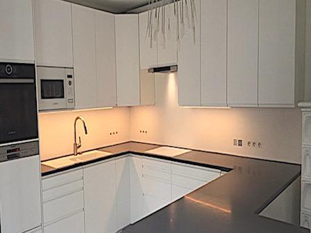 Puristisch moderne Küche, Farbe: 12 mm Medea / 9 mm LG Hi-macs® Alpine White