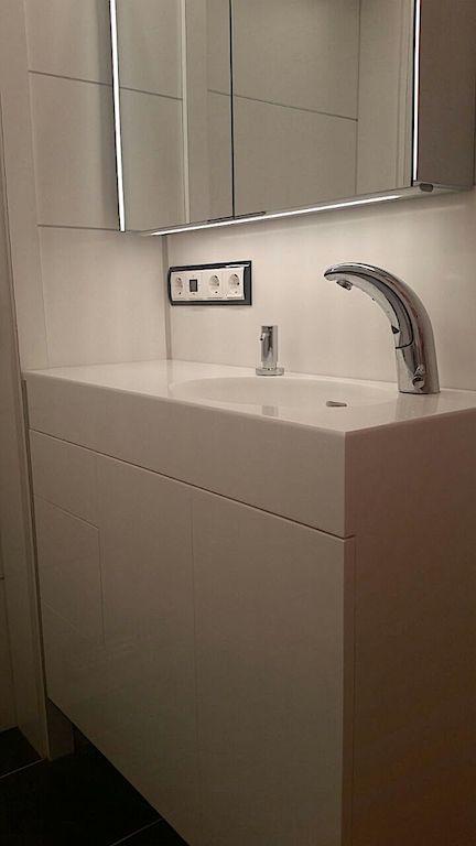 Waschtisch und Badezimmer in 9 mm Glacier White